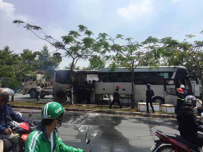Xe khách bốc cháy trên phố Sài Gòn, cả chục người gào khóc - 3