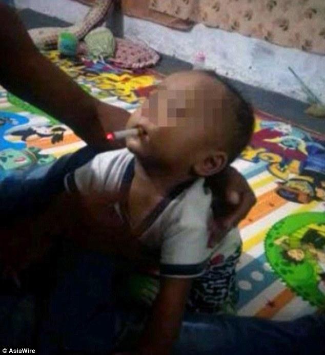 Bố ép con 9 tháng tuổi hút thuốc lá để chụp ảnh - 1