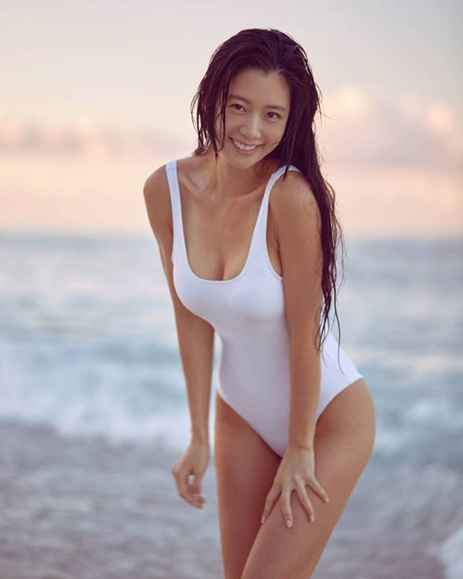 """Clara là diễn viên, người mẫu nổi tiếng với phong cách sexy. Cô còn được mệnh danh là  """" quả bom sex """"  xứ Hàn. Đầu năm 2015, cô gây xôn xao dư luận khi tố cáo ông chủ tội quấy rối tình dục."""
