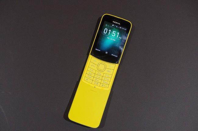 Nokia 8110 4G mà HMD vừa công bố tại MWC 2018 có thiết kế dạng cong và cung cấp tùy chọn màu vàng chuối láng bóng, bên cạnh phiên bản màu đen truyền thống.