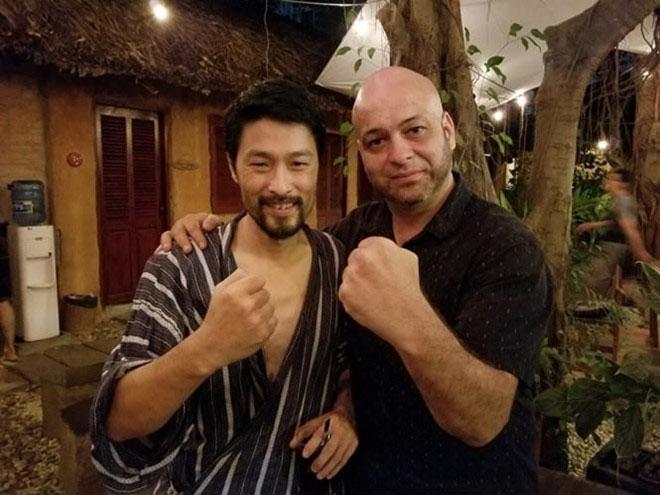 Johnny Trí Nguyễn mặc đồ ngủ tiếp võ sư Flores - 1