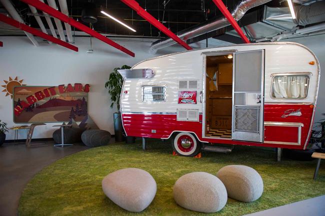 """Tòa nhà mới trị giá 131 triệu USD bao gồm  """" không gian hoạt động giải trí """" . Chiếc xe lưu động này có thể được sử dụng để tổ chức các cuộc họp nhỏ."""