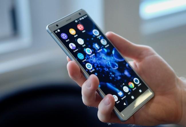 Sony cho biết triết lý thiết kế Ambient Flow mới mẻ của hãng đảm bảo Xperia XZ2 phù hợp với bàn tay người dùng.