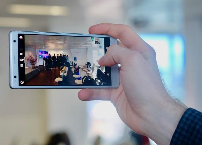 Camera sau của Xperia XZ2 có độ phân giải 19 MP hỗ trợ quay phim 4K...