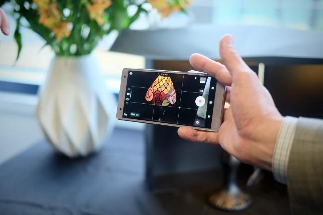 ... và quay phim siêu chậm 960 khung hình/giây ở chất lượng 1080p - tức tốt hơn cả so với Galaxy S9 mới của Samsung.