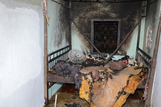 Thấy vợ con ngủ chung với cha vợ, con rể châm lửa đốt nhà - 1