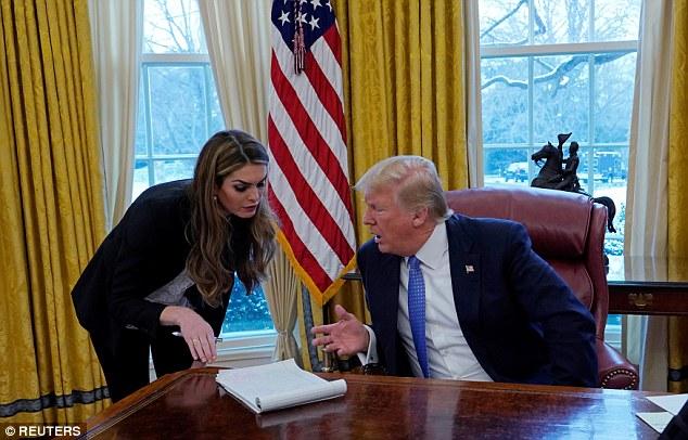 Cố vấn truyền thông xinh đẹp của Trump từ chức vì bê bối - 3