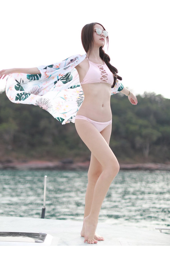 """Hương Giang Idol và """"nữ thần chuyển giới Thái Lan"""": Ai mặc áo tắm sexy hơn? - 2"""