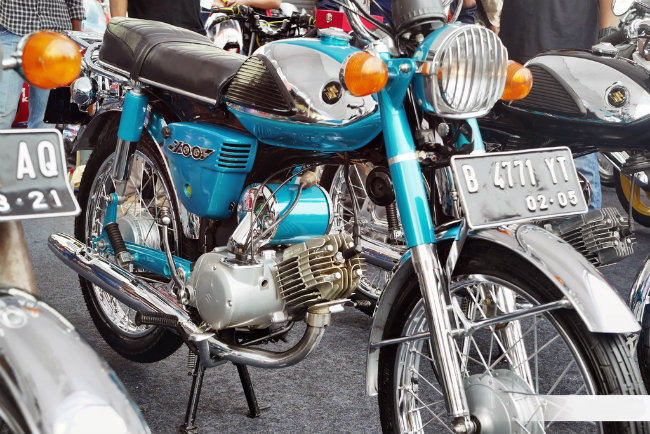 Suzuki A100 lần đầu ra mắt vào năm 1966, trang bị loại động cơ thể thao có kết cấu đơn xy lanh, 2 thì, cho công suất tối đa 9,3 mã lực tại 7500 vòng/phút. Thời bấy giờ A100 đã có thể đạt vận tốc cực đại lên tới 100 km/h. Ảnh xế nổ Suzuki A100 bản phục chế tại Indonesia.