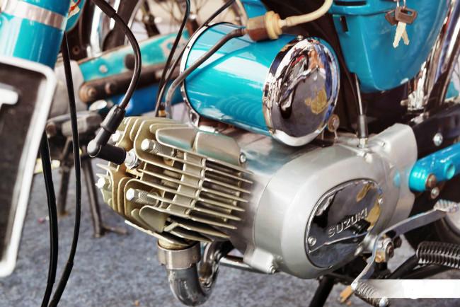 Trọng lượng xe nhẹ 83 kg cùng khả năng tốc độ giúp Suzuki A100 là một trong những cỗ máy đẹp nhất cho tới cuối những năm 1970. Ảnh động cơ xe.