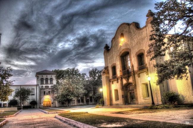 Trường trung học Murphy bang Alabama được xây dựng năm 1926. Trường học, bao gồm thính phòng Lois Jean Delaney và tòa nhà Arts (ảnh), mặc dù đã bị hư hỏng do cơn lốc xoáy vào năm 2012, nhưng từ đó đến này nó đã dần được khôi phục.