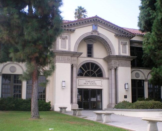 Trường trung học Torrance, Torrance bang California: Bạn có thể nhận ra trường trung học lịch sử này từ nhiều bộ phim Hollywood, vì nó là địa điểm quay phim cho các chương trình truyền hình và nhiều bộ phim nổi tiếng như Beverly Hills, 90210; Buffy Vampire Slayer; và Bruce Almighty. Ngôi trường này cũng có tên trong Danh bạ Địa điểm Lịch sử Quốc gia.