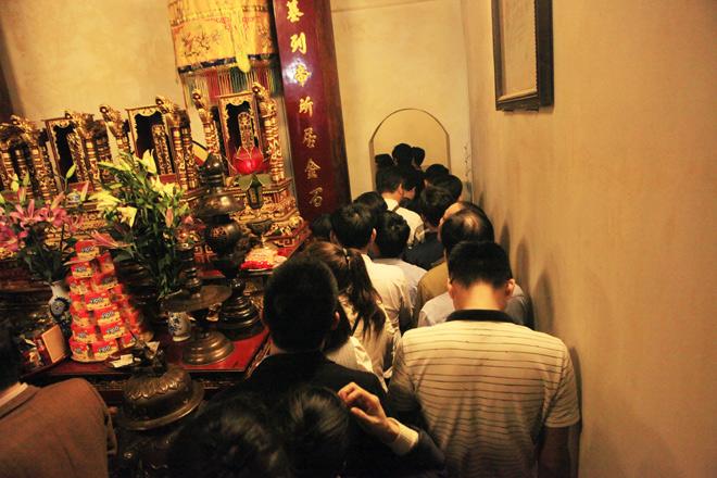 Chen nhau khấn vái cầu lộc trước giờ khai ấn đền Trần - 6