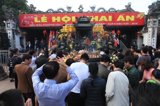 Chen nhau khấn vái cầu lộc trước giờ khai ấn đền Trần - 2