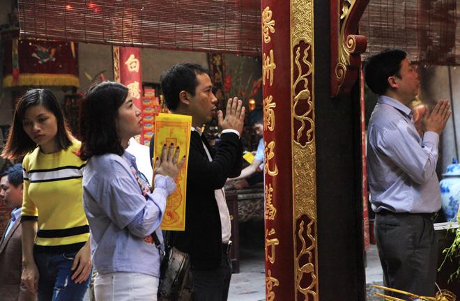Chen nhau khấn vái cầu lộc trước giờ khai ấn đền Trần - 5