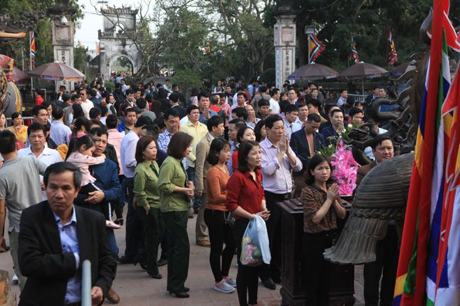 Chen nhau khấn vái cầu lộc trước giờ khai ấn đền Trần - 4