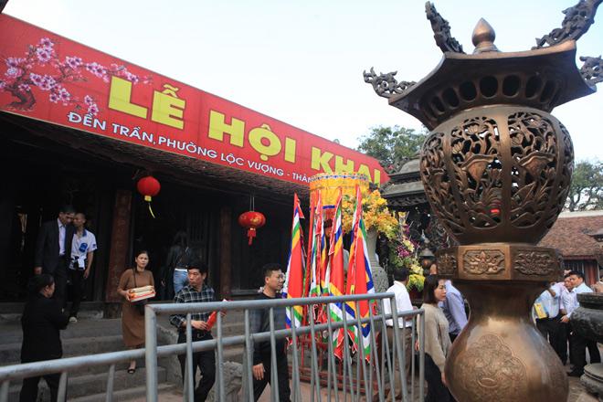Chen nhau khấn vái cầu lộc trước giờ khai ấn đền Trần - 3