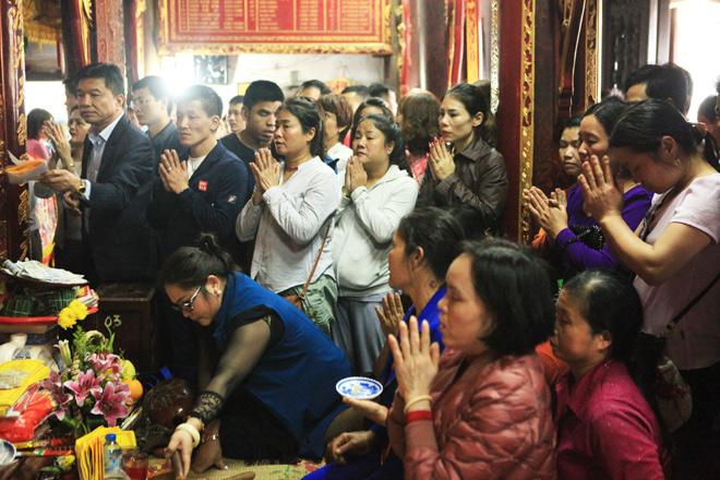 Chen nhau khấn vái cầu lộc trước giờ khai ấn đền Trần - 10