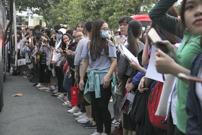 """Hà Đức Chinh U23 VN bị """"rừng"""" fan nữ xếp hàng bao vây, đòi tặng quà - 9"""