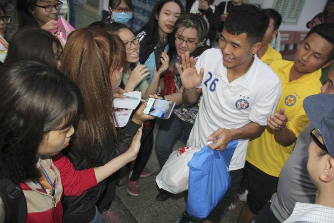 """Hà Đức Chinh U23 VN bị """"rừng"""" fan nữ xếp hàng bao vây, đòi tặng quà - 10"""