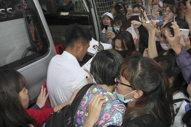 """Hà Đức Chinh U23 VN bị """"rừng"""" fan nữ xếp hàng bao vây, đòi tặng quà - 11"""