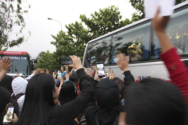 """Hà Đức Chinh U23 VN bị """"rừng"""" fan nữ xếp hàng bao vây, đòi tặng quà - 12"""
