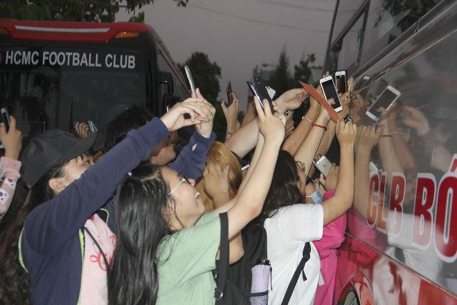 """Hà Đức Chinh U23 VN bị """"rừng"""" fan nữ xếp hàng bao vây, đòi tặng quà - 13"""