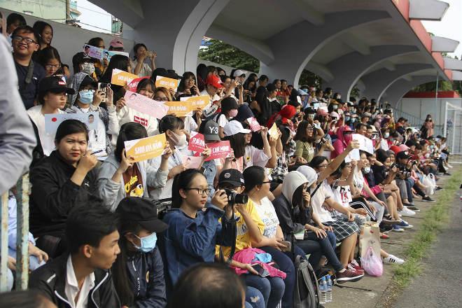 """Hà Đức Chinh U23 VN bị """"rừng"""" fan nữ xếp hàng bao vây, đòi tặng quà - 2"""