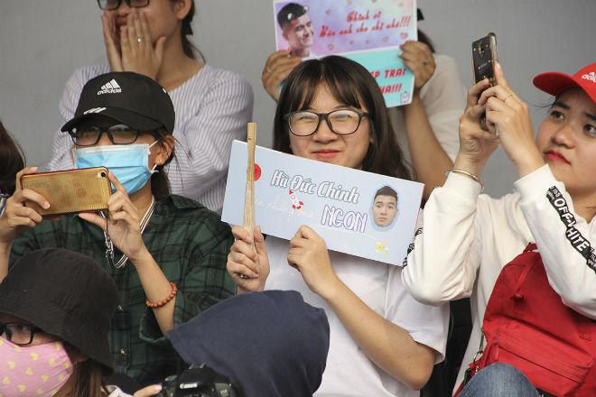 """Hà Đức Chinh U23 VN bị """"rừng"""" fan nữ xếp hàng bao vây, đòi tặng quà - 4"""
