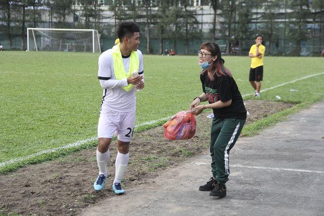 """Hà Đức Chinh U23 VN bị """"rừng"""" fan nữ xếp hàng bao vây, đòi tặng quà - 7"""