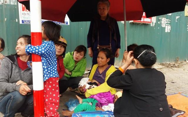 Người mẹ trẻ 8 con mang 4 đứa nhỏ từ Quảng Trị ra Hà Nội xin quần áo - 1