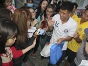 Hà Đức Chinh U23 VN bị  rừng  fan nữ xếp hàng bao vây, đòi tặng quà
