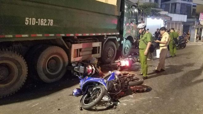 """Xe ben """"đại náo"""" phố Sài Gòn, người và xe máy văng tứ tung - 4"""