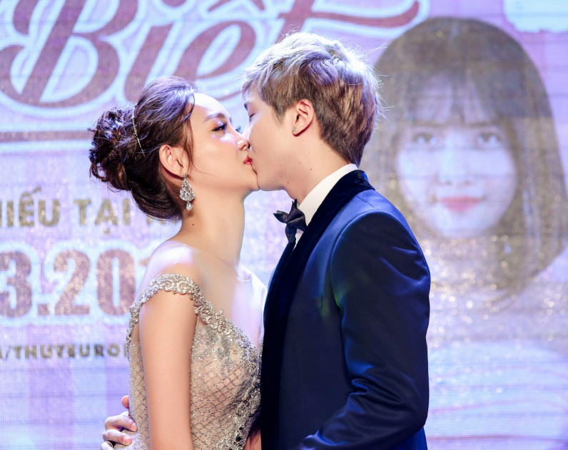 Trương Mỹ Nhân tháo giày, hôn môi bạn diễn tại buổi công chiếu phim - 5