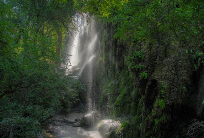 Thác Gorman: Nếu đã đến Texas mà không ghé thăm công viên Colorado State Bend thì quả là một điều đáng tiếc. Đây là một thác nước tuyệt đẹp kéo dài hơn 18m ngay lối vào một hang động mát mẻ.