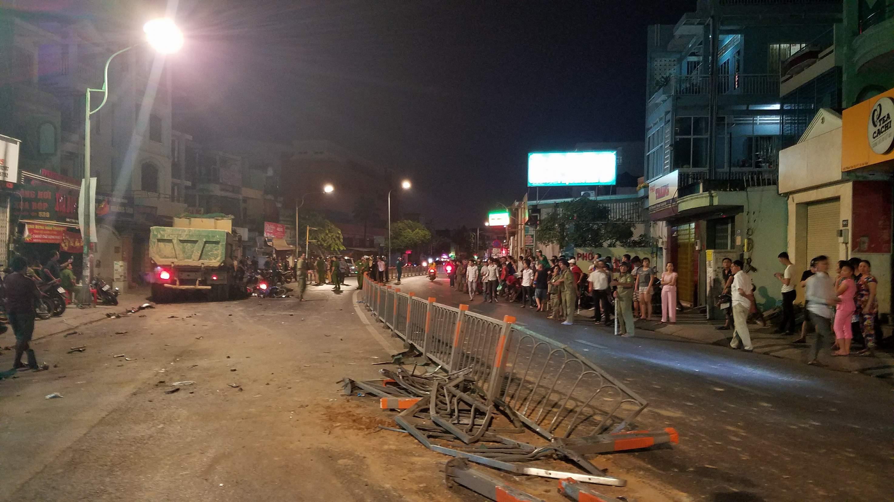 """Vụ xe ben """"đại náo"""" phố Sài Gòn: 1 nạn nhân đã tử vong - 1"""