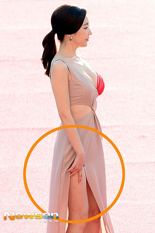 Người đẹp diện váy lộ nội y ren đỏ - 2