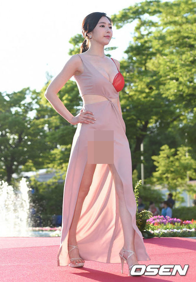 Người đẹp diện váy lộ nội y ren đỏ - 3