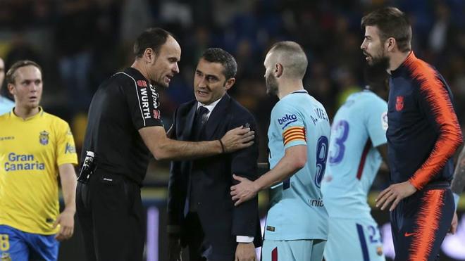 Barca rơi chiến thắng: HLV Valverde lo sợ, Pique đòi tẩn trọng tài - 1