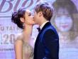 Trương Mỹ Nhân tháo giày, hôn môi bạn diễn tại buổi công chiếu phim