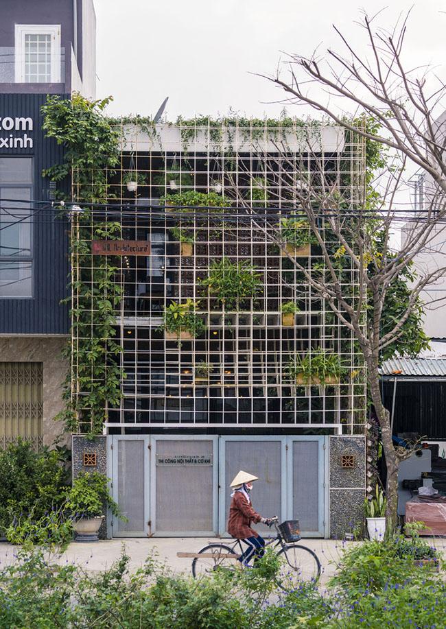 Ngôi nhà xinh đẹp tọa lạc tại Hòa Xuân, Cẩm Lệ, Đà Nẵng đã gây được ấn tượng mạnh trên trang kiến trúc có uy tín của nước ngoài bởi hình thức bắt mắt cũng như tính ứng dụng cao của dự án.