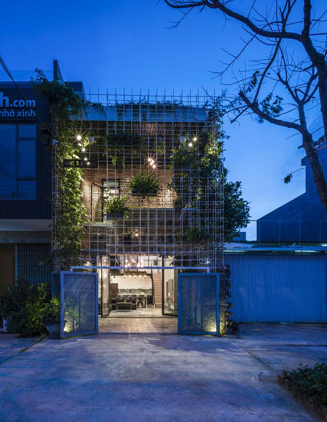 Căn nhà được thiết kế dạng mặt lưới tạo cảm giác rộng và thoáng hơn.