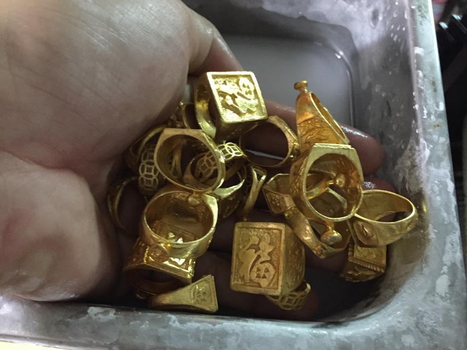 Người đàn ông phát hiện đống vàng trong bao lúa sau 30 năm làm nghề này - 1