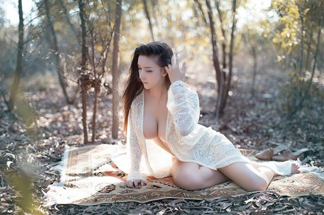 Bộ ảnh người mẫu Napasorn Sudsai bán nude, mặc áo ren lưới khoe thân hình nõn nà giữa rừng lá mùa thu gây xôn xao mạng xã hội.