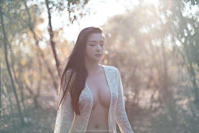 Napasorn Sudsai là người mẫu nội y nổi tiếng ở Thái Lan. Cô xuất hiện trên nhiều tạp chí, mạng xã hội với những shoot ảnh gợi cảm. Trong bộ ảnh này, Napasorn không ngại khoe vòng một cup E phồn thực hờ hững trong chiếc áo khoác ren mỏng tang.