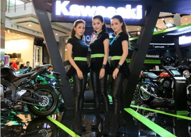 Bộ ba người đẹp đọ dáng bên gian hàng xe Kawasaki.