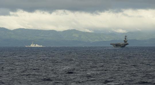 Hình ảnh mới nhất trên Biển Đông của tàu sân bay Mỹ sắp đến Việt Nam - 2
