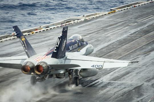 Hình ảnh mới nhất trên Biển Đông của tàu sân bay Mỹ sắp đến Việt Nam - 10