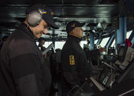 Hình ảnh mới nhất trên Biển Đông của tàu sân bay Mỹ sắp đến Việt Nam - 12
