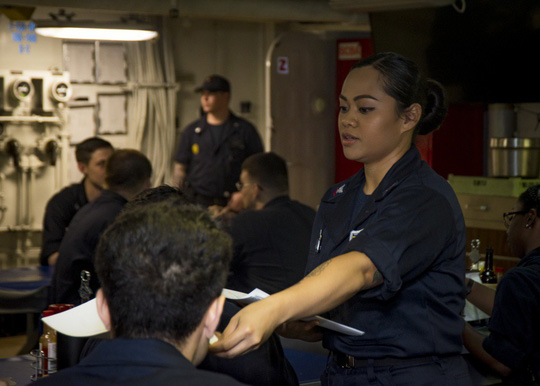 Hình ảnh mới nhất trên Biển Đông của tàu sân bay Mỹ sắp đến Việt Nam - 13